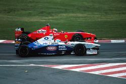 Michael Schumacher, Ferrari F300 prend un tour à Marc Gene, Minardi Ford M198