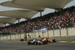 Kevin Magnussen, Haas F1 Team VF-18 and Fernando Alonso, McLaren MCL33 battle