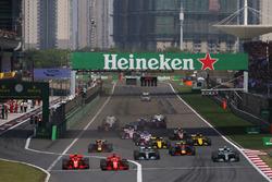 Sebastian Vettel, Ferrari SF71H, Kimi Raikkonen, Ferrari SF71H, Valtteri Bottas, Mercedes AMG F1 W09, Lewis Hamilton, Mercedes AMG F1 W09, Max Verstappen, Red Bull Racing RB14 Tag Heuer, Daniel Ricciardo, Red Bull Racing RB14 Tag Heuer, Nico Hulkenberg, Renault Sport F1 Team R.S. 18, Carlos Sainz Jr., Renault Sport F1 Team R.S. 18, et le reste du peloton au départ