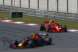 Max Verstappen, Red Bull Racing RB14 Tag Heuer, voor Kimi Raikkonen, Ferrari SF71H
