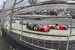 Kyle Busch, Joe Gibbs Racing, Toyota Camry Skittles and Kurt Busch, Stewart-Haas Racing, Ford Fusion Haas Automation/Monster Energy