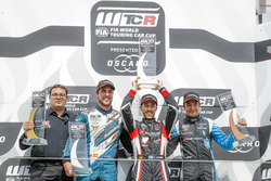 Podium: Race winner Esteban Guerrieri, ALL-INKL.COM Münnich Motorsport Honda Civic Type R TCR, seocnd place Pepe Oriola, Team Oscaro by Campos Racing Cupra TCR, third place Frédéric Vervisch, Audi Sport Team Comtoyou Audi RS 3 LMS