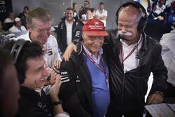 Руководитель Mercedes AMG F1 Тото Вольф, неисполнительный директор Mercedes AMG F1 Ники Лауда и глава Mercedes Benz Дитер Цетше