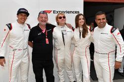 Patrick Friesacher, pilote de la monoplace bi-place F1 Experiences, Paul Stoddart, Rupert Grint, et Barbara Palvin, passagers et Zsolt Baumgartner, F1 Experiences 2-Seater driver, pilote