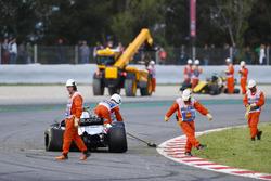 Маршалы чистят трассу после аварии Пьера Гасли, Scuderia Toro Rosso STR13, Ромена Грожана, Haas F1 Team VF-18, и Нико Хюлькенберга, Renault Sport F1 Team RS18