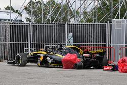 Разбитый автомобиль Renault Sport F1 Team RS18 Нико Хюлькенберга