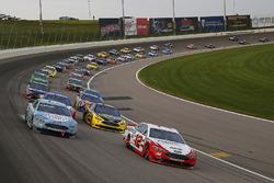 Ryan Blaney, Team Penske, Ford Fusion REV Group e Kevin Harvick, Stewart-Haas Racing, Ford Fusion Busch Light green flag start