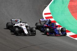 Brendon Hartley, Toro Rosso STR13, battles with Sergey Sirotkin, Williams FW41