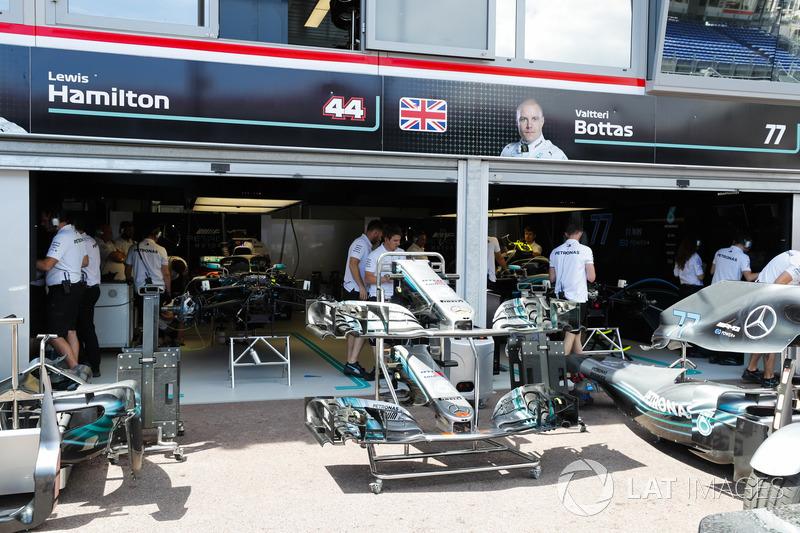 Persiapan mobil Mercedes AMG F1 W09