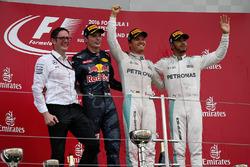 Andy Shovlin, Mercedes AMG F1, Max Verstappen, Red Bull Racing, le vainqueur Nico Rosberg, Mercedes AMG F1 et Lewis Hamilton, Mercedes AMG F1 sur le podium