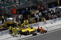 Helio Castroneves, Team Penske Chevrolet, au stand