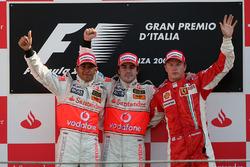 Подиум: победитель гонки Фернандо Алонсо, McLaren, второе место – Льюис Хэмилтон, McLaren, третье место – Кими Райкконен, Ferrari