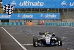 Le vainqueur Enaam Ahmed, Hitech Bullfrog GP Dallara F317 - Mercedes-Benz