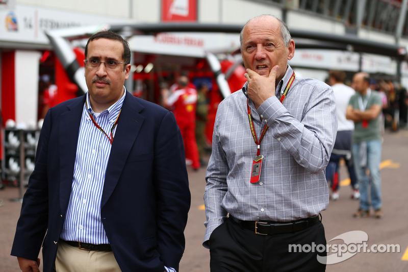 Ron Dennis, presidente ejecutivo de McLaren, con el jeque Mohammed bin Essa Al Khalifa, Director General de Accionistas Junta de Desarrollo Económico de Bahrein y McLaren