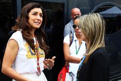 (Esquerda para direita): Fabiana Flosi, esposa de Bernie Ecclestone, com Rafaela Bassi, esposa de Felipe Massa, Williams