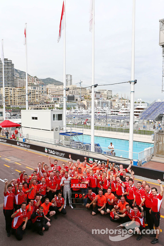 玛鲁西亚F1车队的朱尔斯·比安奇和车队技师庆祝他和车队的第一个F2积分