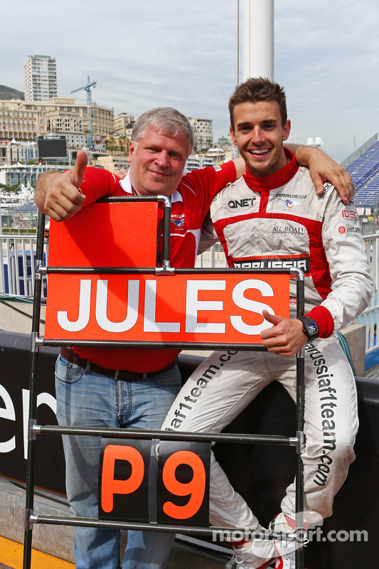 玛鲁西亚F1车队的朱尔斯·比安奇和玛鲁西亚车队老板萨沙·切格拉科夫庆祝他和车队的第一个F1积分