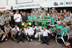 1. Nico Rosberg, Mercedes AMG F1 W05, feiert mit dem Team