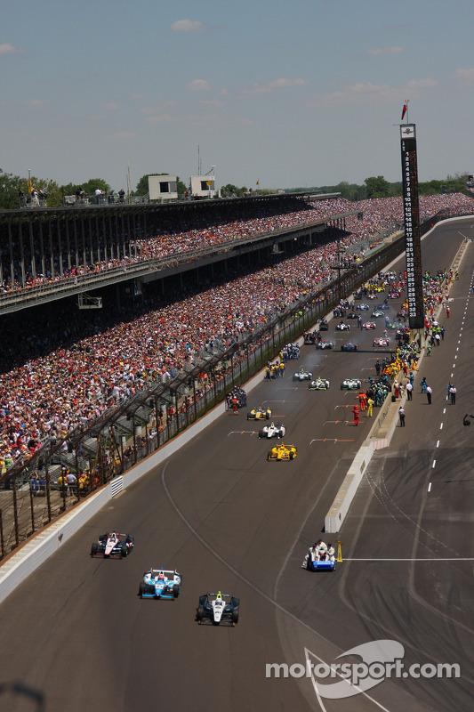 carros deixando o grid