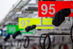 #95 Aston Martin Racing Aston Martin Vantage V8: placa dos boxes
