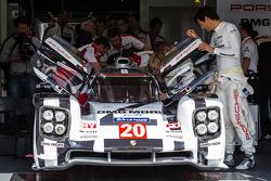 El #20 Porsche 919 Hybrid del equipo Porsche, con Mark Webber