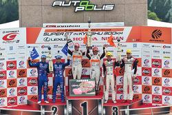GT300 Podyum: Kazananlar Shinichi Takagi, Takashi Kobayashi, ikinci sıra Takuto Iguchi, Kouta Sasaki, üçüncü sıra Katsuyuki Hiranaka, Bjorn Wirdheim