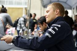 Valtteri Bottas, Williams taraftarlar için imza dağıtıyor