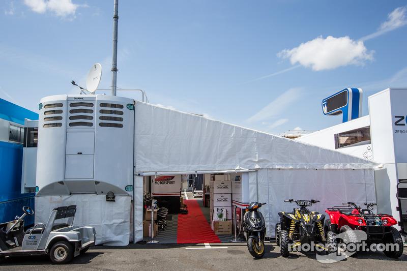 Greaves Motorsport padok alanı