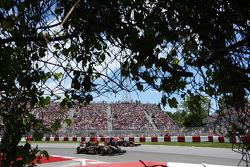 Romain Grosjean, Lotus F1 E22; Sebastian Vettel, Red Bull Racing RB10