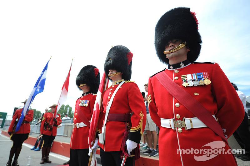 Soldati alla sfilata dei piloti