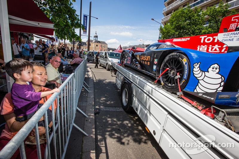 Fans look closely at the #33 OAK Racing - Team Asia Ligier JS P2 - HPD