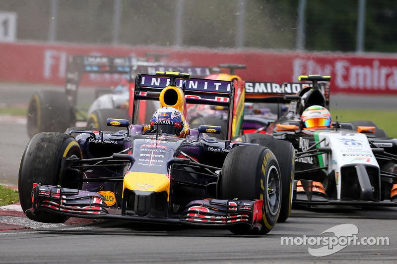 Daniel Ricciardo, Red Bull Racing overtakes Sergio Perez, Sahara Force India 08