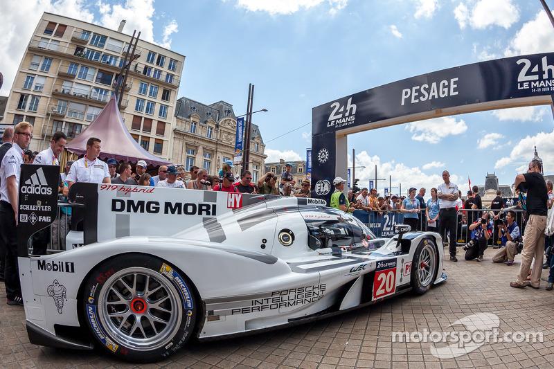 #20 Porsche Team Porsche 919 Hybrid entrando para averiguação