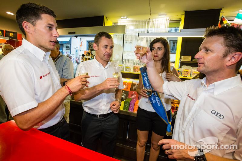 Cerimonia Hand imprint: 2013 24 Ore di Le Mans vincitori Loic Duval, Tom Kristensen e Allan McNish con Miss 24 Ore