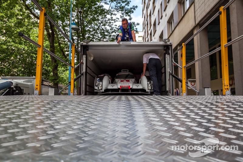 #1 奥迪运动部 Joest 奥迪 R18 E-Tron Quattro 在转运卡车中