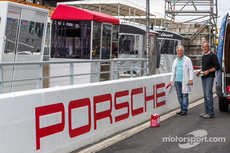 Porsche yazısı pit duvarında tamamlanıyor