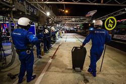 SMP Racing membros da equipe preparados para pit stop