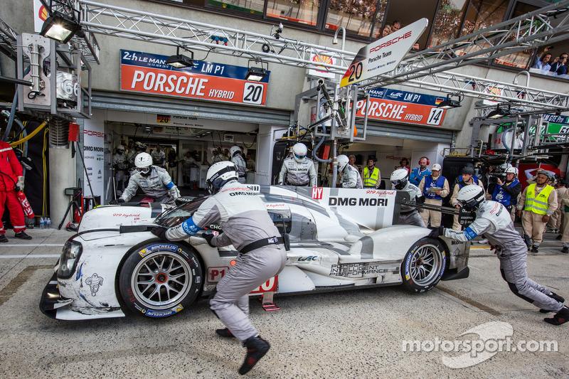 #20 Porsche Team Porsche 919 Hybrid: Timo Bernhard, Mark Webber, Brendon Hartley entra nos boxes, co