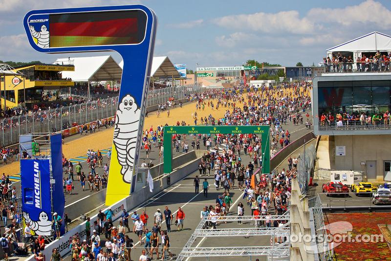 Spettatori in pista a fine gara