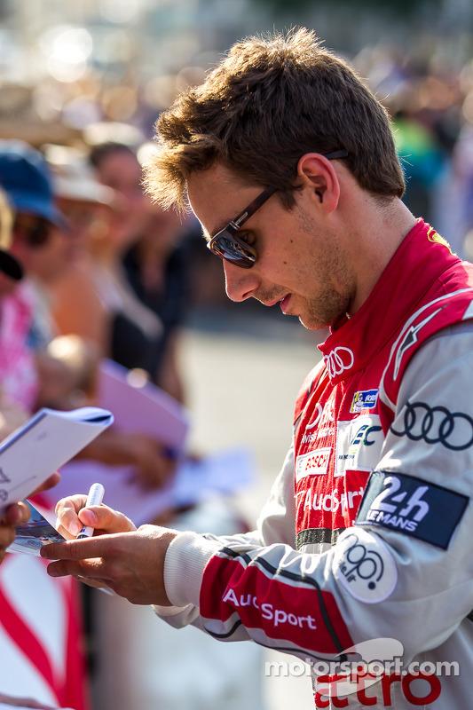 Filipe Albuquerque signing an autograph