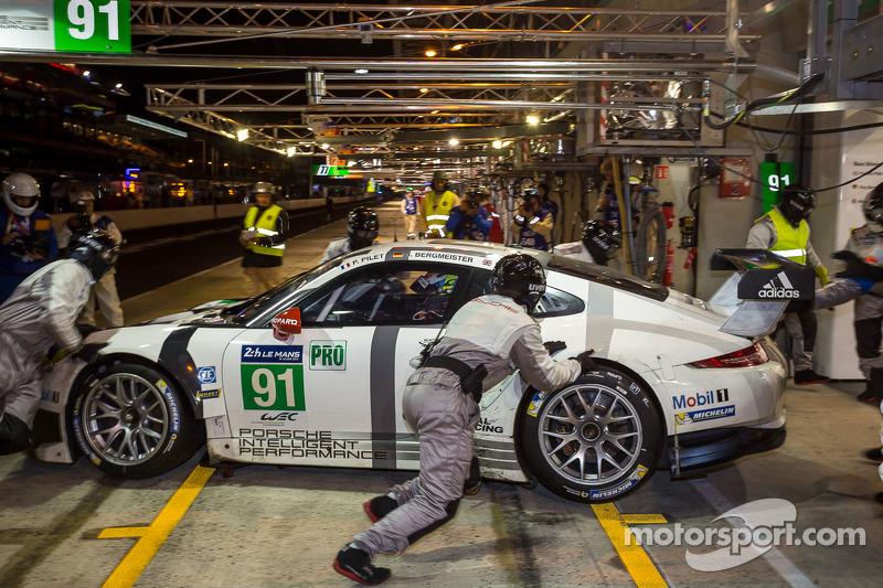 Problemi per la # 91 Porsche Squadra Manthey Porsche 911 RSR (991): Patrick Pilet, Jörg Bergmeister, Nick Tandy