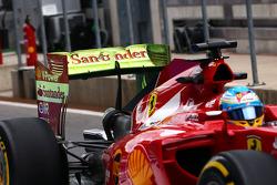 驾驶法拉利F14-T的费尔南多·阿隆索的赛车在尾翼喷涂气流涂料