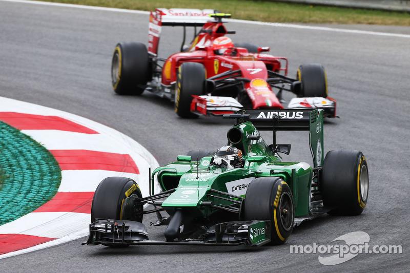 卡特汉姆车队CT05车手小林可梦伟领先法拉利F14-T车手基米·莱科宁