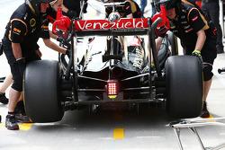 Romain Grosjean, Lotus F1 E22 in the pits