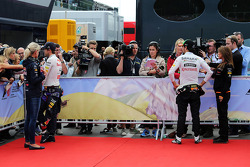 (Da sinistra a destra): Sebastian Vettel, Red Bull Racing e Sergio Perez, Sahara Force India F1 con i media