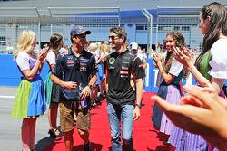 (Da sinistra a destra): Daniel Ricciardo, Red Bull Racing con Romain Grosjean, Lotus F1 Team alla parata dei piloti