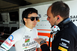 (Da sinistra a destra): Sergio Perez, Sahara Force India F1 VJM07 con Gianpiero Lambiase, Sahara Force India F1 Ingegnere