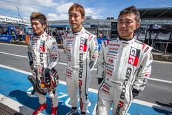 大屿和也,石浦宏明和木下隆行在看着丰田集团董事长兼CEO丰田章男驾驶48号Gazoo车队雷克萨斯LFA赛车跑最后一棒
