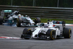 Valtteri Bottas, Williams FW36 lidera Lewis Hamilton, Mercedes AMG F1 W05