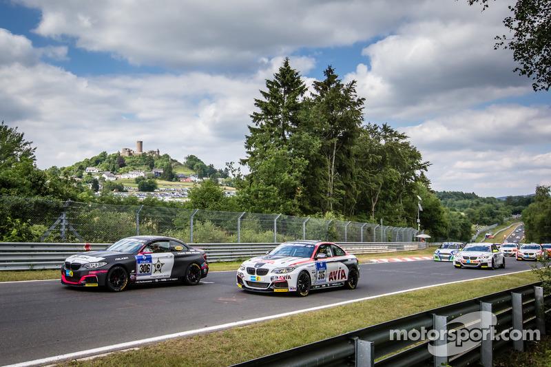 Via: #306 Team Ring Police BMW M235i Racing: Jean-Pierre Kremer, Jan-Erik Slooten e #315 Mathol Raci